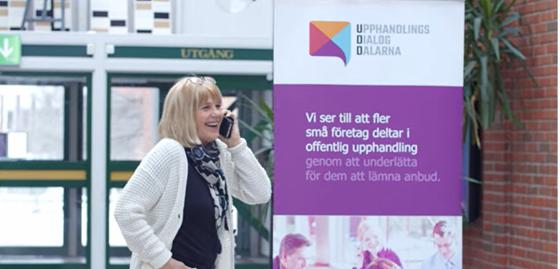 Kerstin Angberg Morgården pratar i telefon