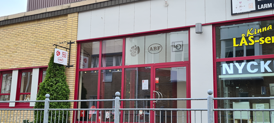 Syntolkning av bild: Foto på vår lokal i Kinna, utifrån. En gul tegelbyggnad med skyltar som visar att det är Socialdemokraterna, ABF och LO:s lokal. Fotograf Håkan Andersson.