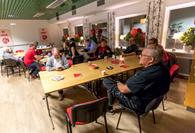 Syntolkning av bild: Ett socialdemokratiskt medlemsmöte i vår gamla lokal i Skene Kulturhus. Foto från Arbetarekommunens bildarkiv.